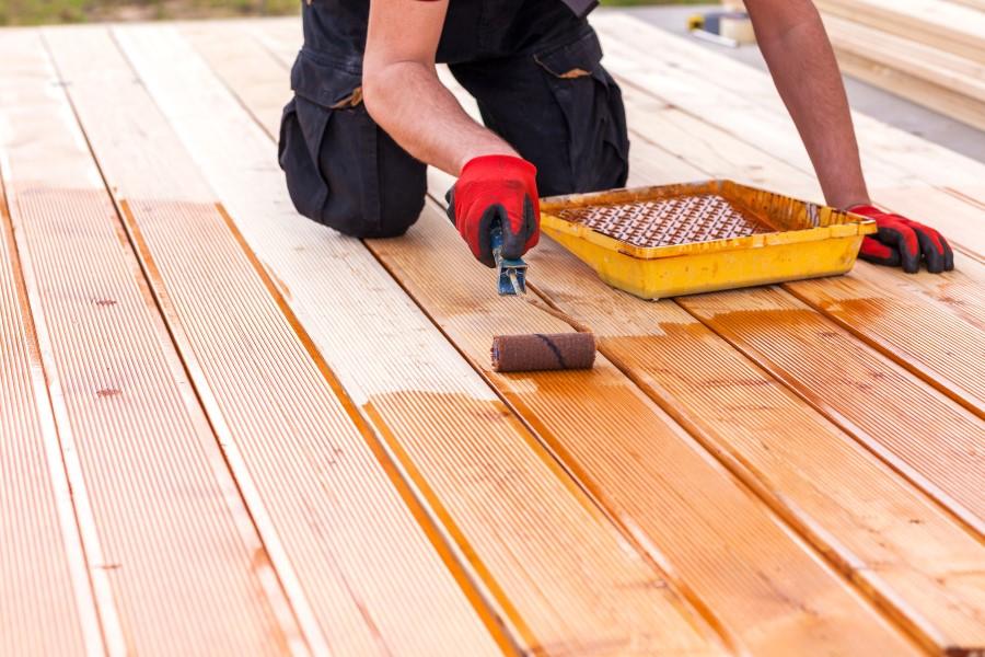 Holzpflege mit Öl und Rolle